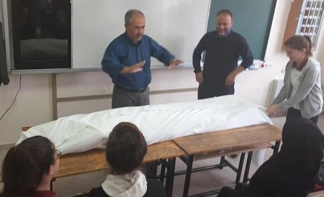 Öğrencisini Kefenleyerek Ders Anlatan Öğretmen Hakkında Soruşturma Başlatıldı