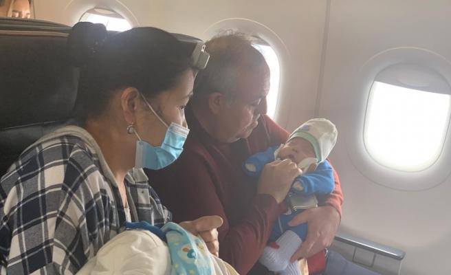 Ölümden Döndü: 1 Aylık Bebeğe Uçakta İlk Müdahaleyi AKP'li Vekil Yaptı