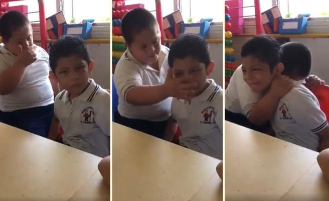 Otizmli Arkadaşına Kendi Yöntemleriyle Moral Vermeye Çalışan Down Sendromlu Çocuk