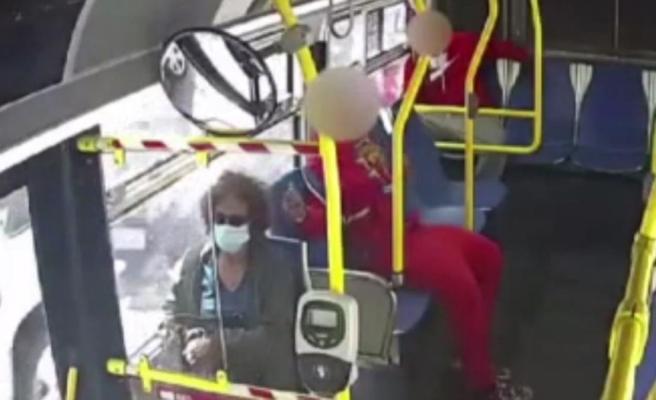 Otobüste seyahat eden genç, yaşlı kadının saçlarını çakmakla yaktı