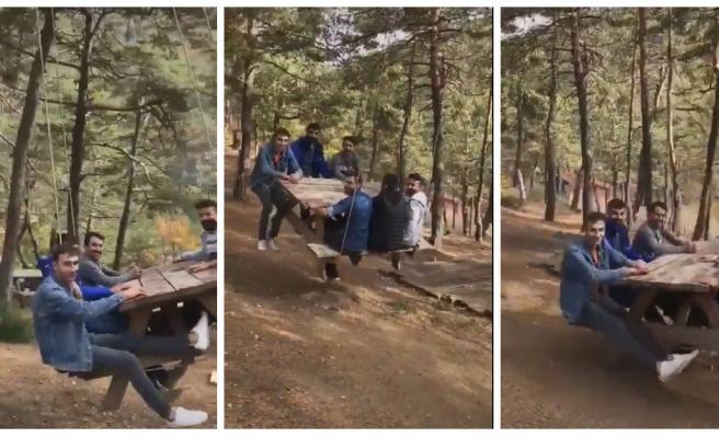 Piknik Masasından İnşaat Mühendislerini Kıskandıracak Bir Gondol Yaparak Eğlenen Gençler