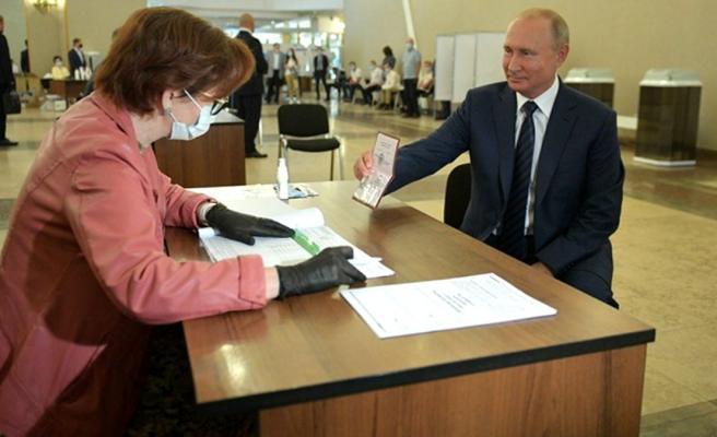 Putin, 2036'ya değin görevde kalmasını sağlayacak tüzük değişikliği referandumunda oy kullandı