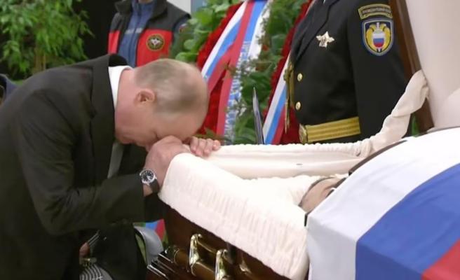 Putin'den çalışma arkadaşına duygusal veda Tabutun üzerine kapanıp gözyaşı döktü