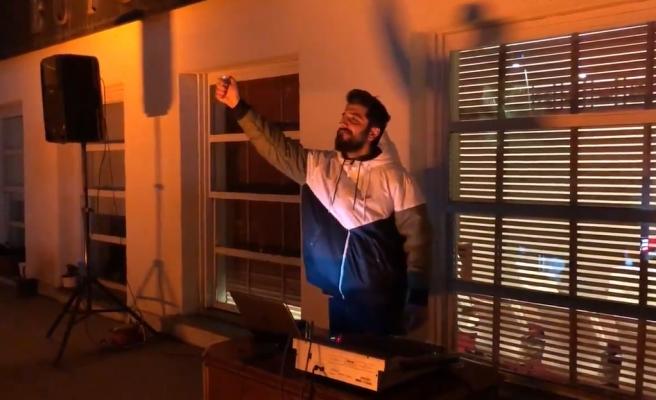 Röportaj Adam'dan Adana'da Evlerinde Kalan İnsanlara Balkon Müziği