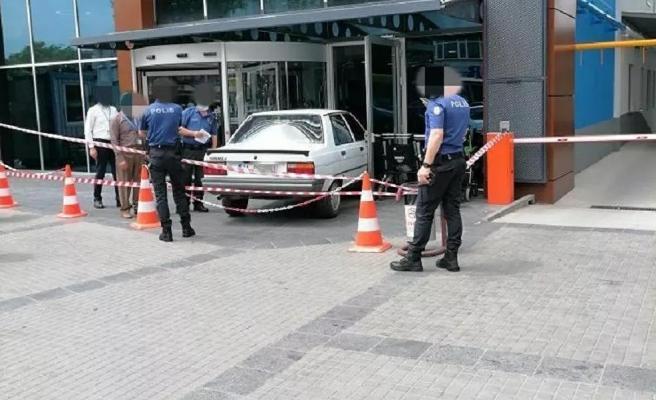 Sağlık Görevlileriyle Tartışıp Hastaneden Atılan Adam Otomobiliyle Hastaneye Girdi