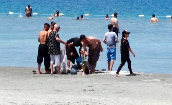Salda Gölü'nün Kıyısında Nargile İçip Çamur Banyosu Yaptılar!