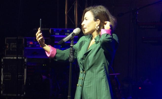 Şarkıcı Fatma Turgut küs olan sevgilileri böyle barıştırmaya çalıştı