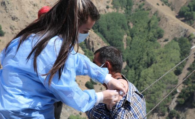 Sarp dağlarını aştılar, 2 bin 800 rakımlı Geyikli Yaylasında göçerleri aşıladılar