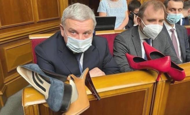 Savunma Bakanı'na soğuk duş! Kadın milletvekili, Meclis'in ortasında topuklu ayakkabı hediye etti