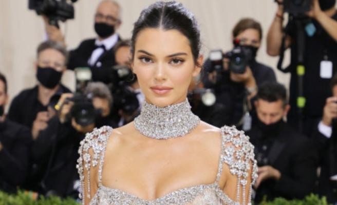 Şeffaf ve mücevherli! Kendall Jenner, Met Gala'da ışıldadı