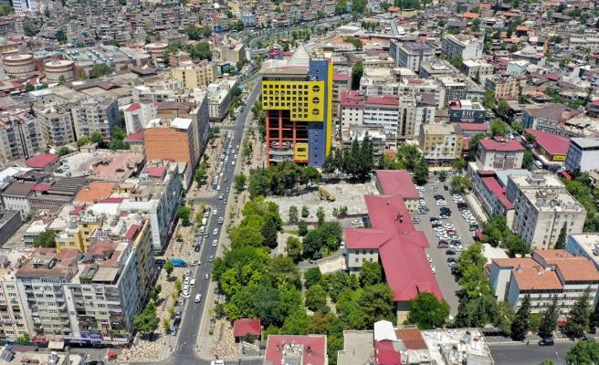 Şehir meydanı için eski adliye binası yıkıldı, sıra 'dünyanın en saçma binası'nda