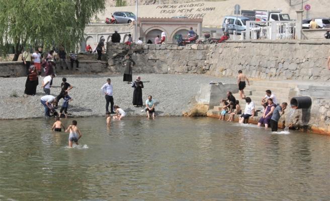 Sıcaktan bunalan Erzincanlılar Ekşisu'ya akın ediyor