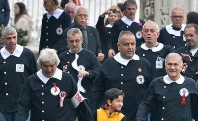Siyah Önlük Giyip Dolmabahçe Sarayı'nda Andımızı Okuyan 'Dünkü Çocuklar'ın Yeniden Gündem Olan Görüntüleri