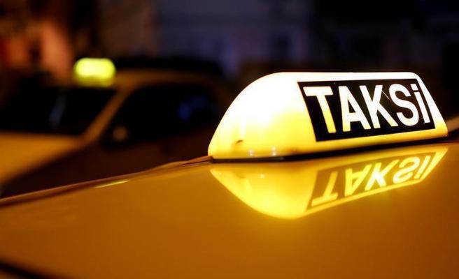 'Siz Almancısınız, 100 Euro Verin' Diyen Taksici İstediğini Alamayınca Yolculara Saldırdı