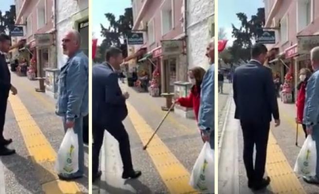 Sokağa Çıkmamaları Yönünde Uyardığı Yaşlı Kadından Baston Yiyen Foça Belediye Başkanı