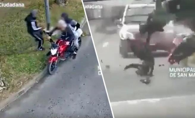 Sokak Ortasında Bir Vatandaşı Gasp Eden Kişileri Perişan Eden Polis Aracı!