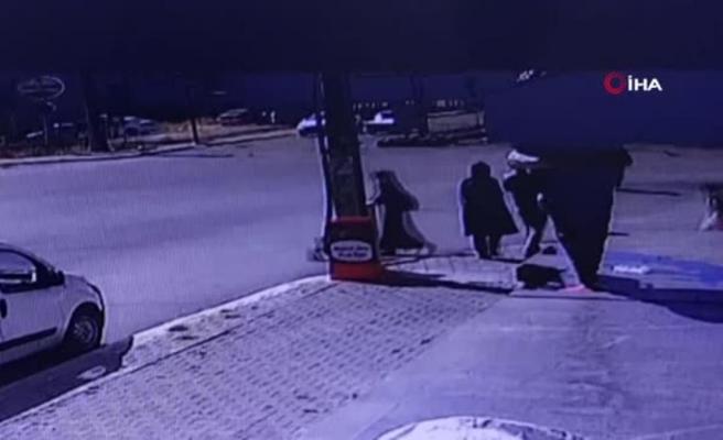 Son dakika haberi: Feci kaza kamerada... Otomobil kaldırımdaki yayalara arasına daldı