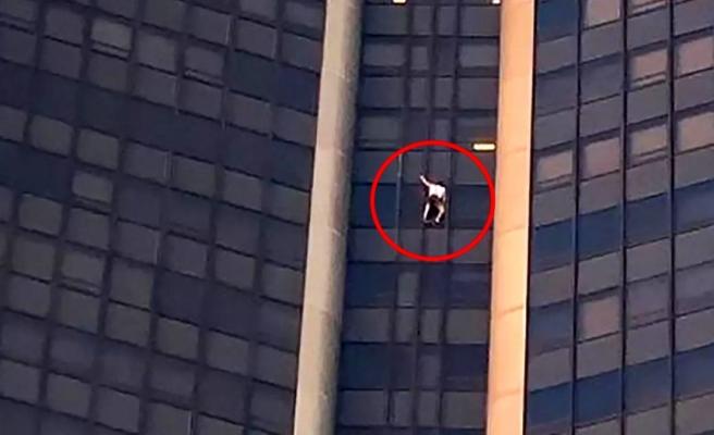 Sosyal medyada dikkat çekebilmek için canını tehlikeye attı! 210 metrelik gökdelene çıplak elle tırmandı, görenleri hayrete düşürdü