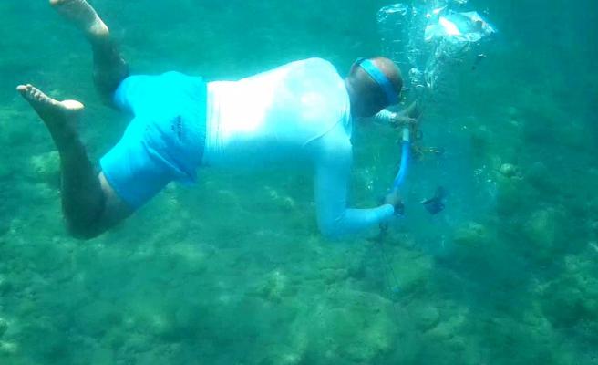 Su altındaki atıkları pet şişelerle taşıyıp balıklara ev yaptı