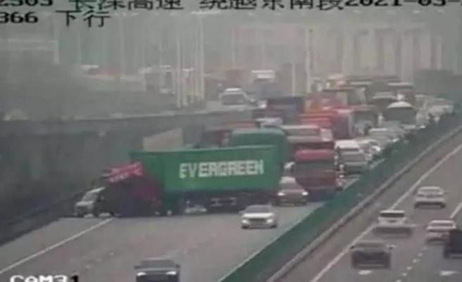 Süveyş Kanalı'nı Kapatan Evergreen'in TIR'ı, Bu Kez Çin'deki Bir Otoyolu Tıkadı