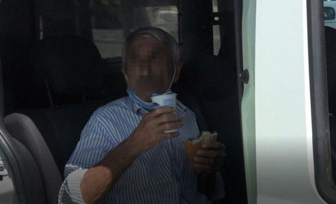 Tacizden Gözaltına Alınan Adam Ekip Otosuna Binerken Elindeki Döneri ve Ayranı Bırakmadı
