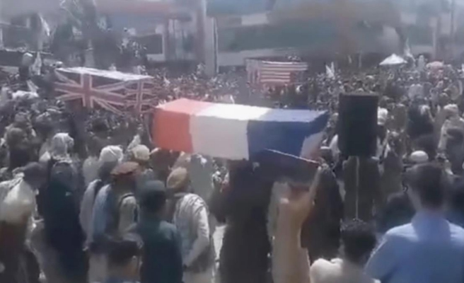 Taliban, 20 yıllık savaşın bitmesini ABD, Fransa ve İngiltere bayraklı cenaze töreniyle kutladı