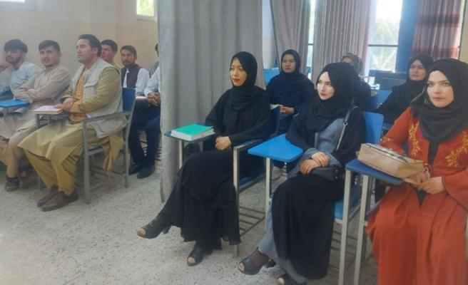 Taliban başkent Kabil'deki üniversiteyi kız ve erkek öğrencilerin arasına perde çekerek açtı