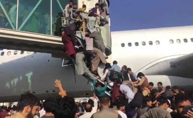 Taliban'dan kaçan yüzlerce Afgan, uçağa binebilmek için birbirini ezdi