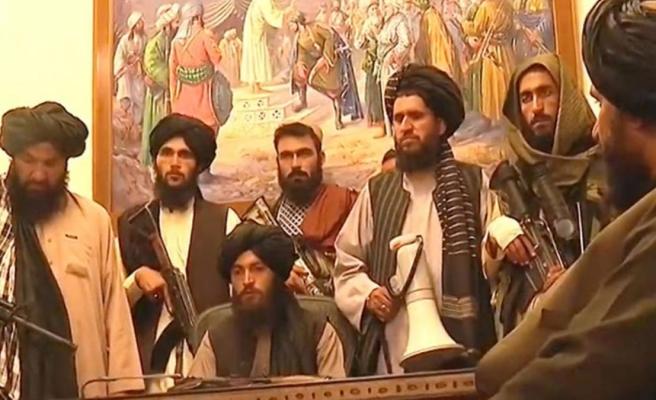 Taliban liderleri, Afganistan Cumhurbaşkanlığı Sarayı'nda! İşte bayrağı da kaldırdıkları yeni görüntüler
