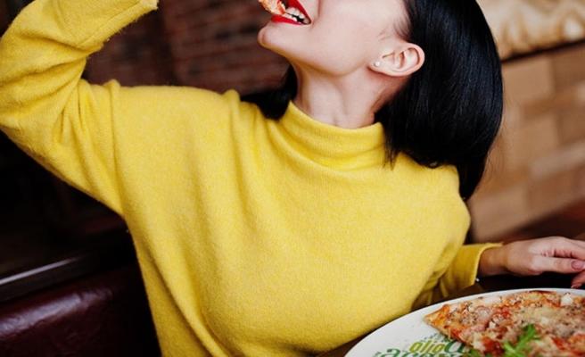 Tartışma yaratan yasak! Kadınların televizyonda pizza yemesini yasakladılar