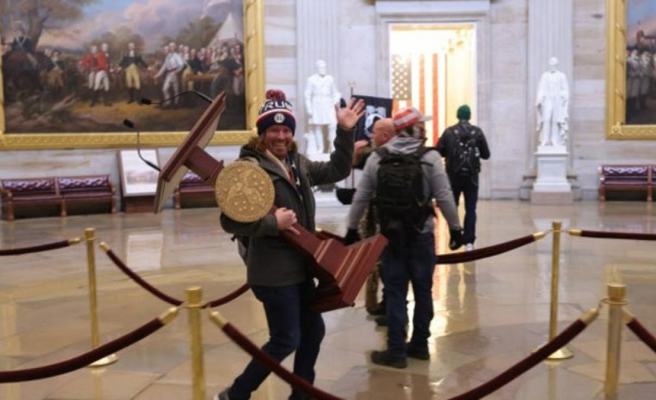 Trump destekçisi gösterici tarafından Kongre binasından çalınan kürsü açık artırmada satışa çıkartıldı