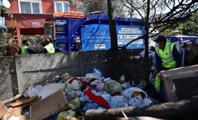 Tuzla'da bahçesinde biriktirdiği 16 ton çöpün alınmasını gözleri dolarak izledi