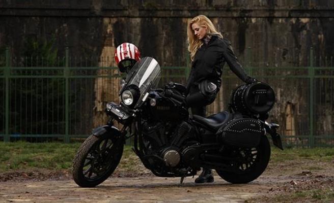 Ünlü oyuncu Wilma Elles'ten motosiklette güvenli sürüş uyarısı