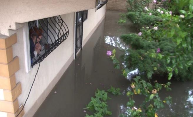 Üsküdar'da bir evin bahçesini su bastı bazı vatandaşlar mahsur kaldı