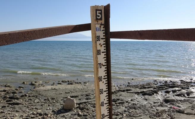 Van Gölü'nde su çekilince ölçü direği karada kaldı