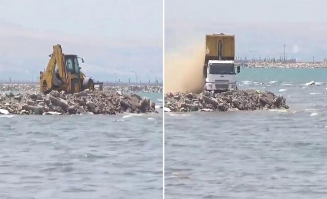 Van Gölü'ne Hafriyat Döken Belediyeden Açıklama: 'Dip Çamurunu Temizliyoruz'