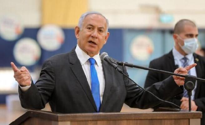 Yolsuzluktan yargılanan Netanyahu'ya 'bacak bacak' üstüne poz tepkisi