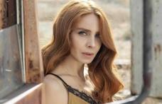 Oyuncu Nur Fettahoğlu, göbek dekolteli kıyafetiyle dikkat çekti
