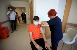 15 Yaş Üstüne İlk Aşılar Yapıldı: 'İnşallah...