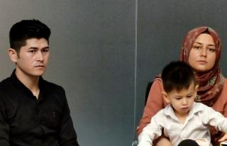 2 yaşındaki Afganlı çocuğa biyonik kulak takıldı