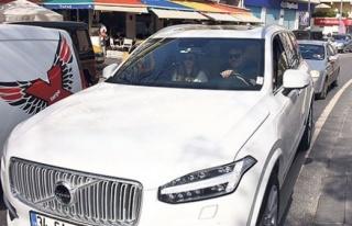 Eser Yenenler yeni arabasıyla Bebek'te tur attı