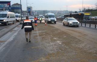 Kamyona yüklü trafo yola devrildi, trafik yoğunluğu...