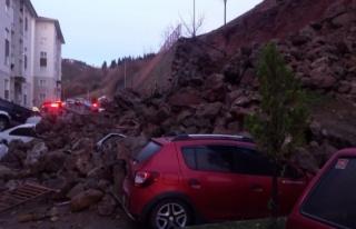 Trabzonda istinat duvarı çöktü, araçlar altında...