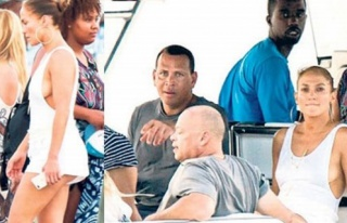 Jennifer Lopez'in derin dekoltesi