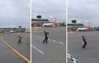 İşini Severek Yapanlarda Bugün: Havaalanı Görevlisinin...