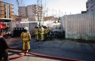 Sancaktepe'de bir lastikçi dükkanı alev alev yandı
