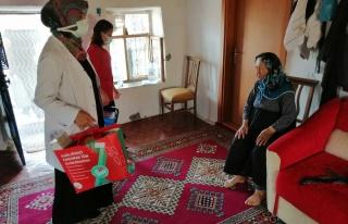 81 yaşındaki Hacer nineye sağlık ekipleri aşıyı...