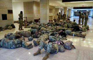 ABD Kongre Binasında Yerlerde Yatan Ulusal Muhafızlar...