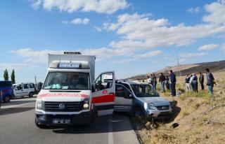 Aksaray'da hafif ticari araç ile otomobilin çarpışması...