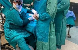 Ameliyatta fenalaşan doktor, ayağına serum taktırarak...